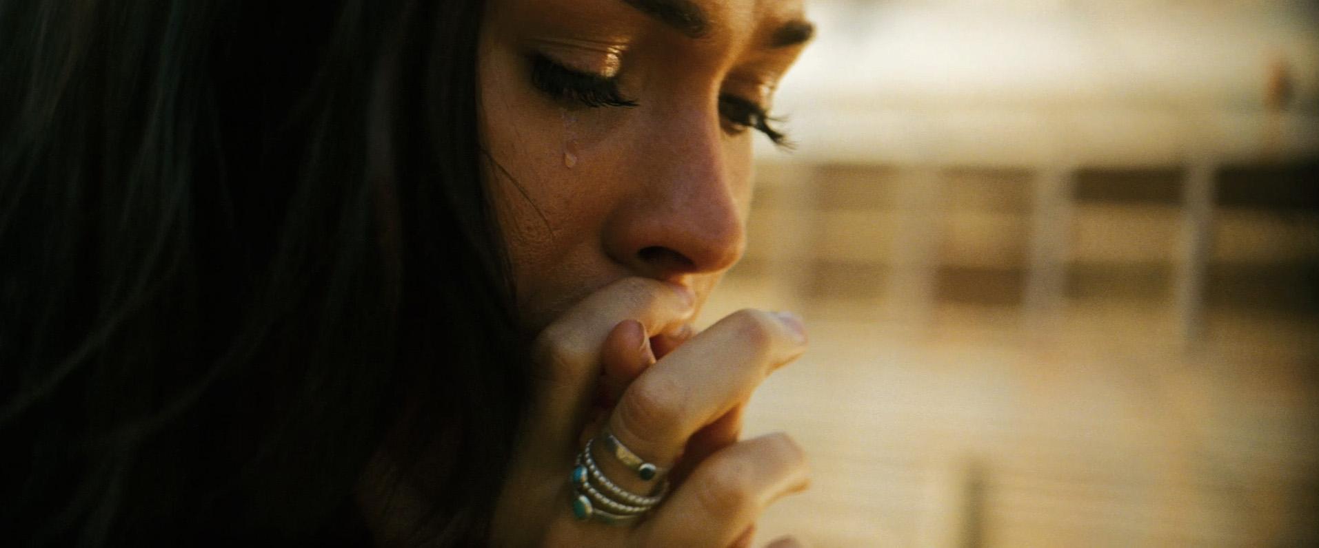 Фото девушка на полу плачет
